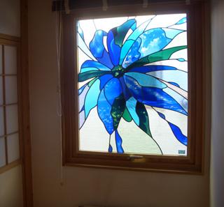ステンドグラス スウェーデンハウス 飛び立つ花 青い花